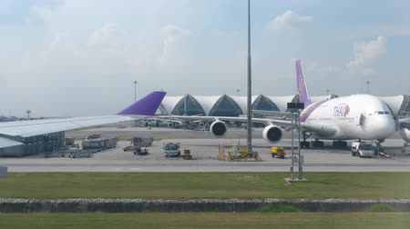 Бангкок : Airplane taxiing in Suvarnabhumi airport, Bangkok