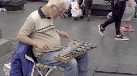 симфония : A street musician plays a homemade xylophone Стоковые видеозаписи