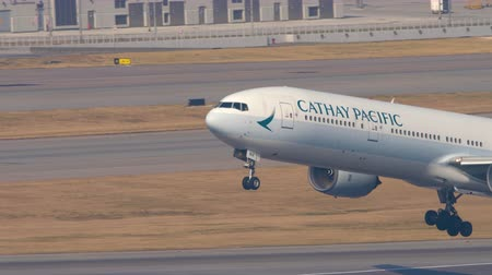 gözlem : Cathay Pacific Boeing 777 departure from Hong Kong Stok Video