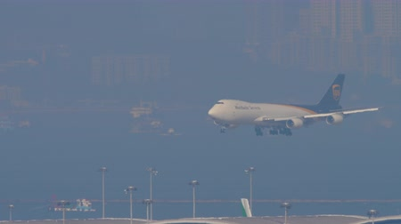 comando : Boeing 747 approaching in Hong Kong intrenational airport