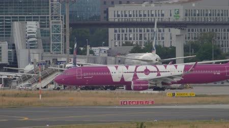 ranvej : Airbus 321 WOW Air taxiing