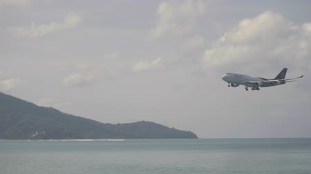 ranvej : Thai Airways Boeing 747 approaching over ocean