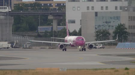 Airbus 321 WOW Air taxiing