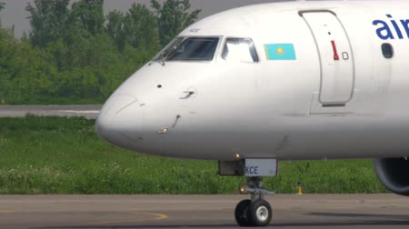 Air Astana Embraer taxiing Wideo