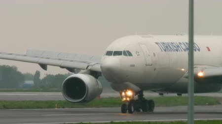 Airfreight slowing after landing at rainy weather