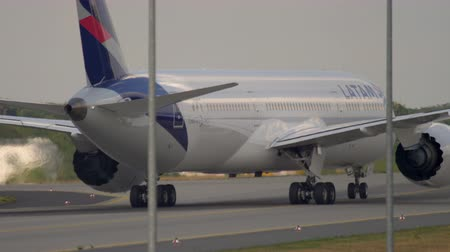 Dreamliner taxiing after landing Wideo