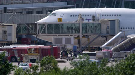 nástup do letadla : Passengers boarding in plane by jetway terminal