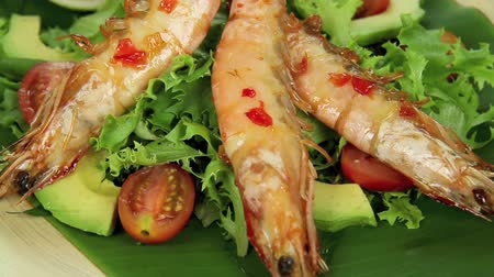 cozinhado : Laying down delicious Asian skewered shrimps on a bed of fresh salad.