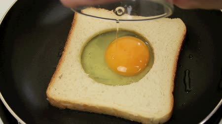 jajka : Frying a delicious egg in toast for breakfast  Wideo