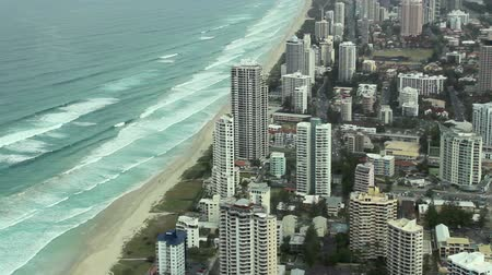 uzun boylu : Surfers Paradise on the Gold Coast is Australias premier tourist destination. Stok Video