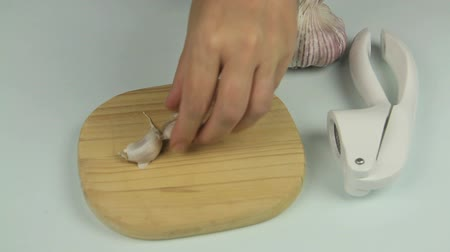 шелуха : Timelapsed peeling fresh garlic and cutting and peeling the cloves. Стоковые видеозаписи