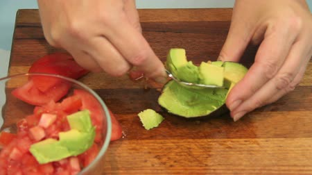 avokado : Making a delicious avocado salsa with tomato, avocado and spring onions. Stok Video