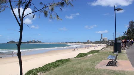 holiday makers : MOOLOOLABA, AUSTRALIA - January 14 2014: Mooloolaba is an iconic beach tourist resort township on the Sunshine Coast of Queensland. It is 90 km north of Brisbane and is one of Queensland's premier national and international tourist destinations. Stock Footage