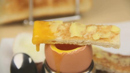 çay fincanı : Dipping a piece of toast into the runny yolk of a boiled egg and laying it on the egg to drip.