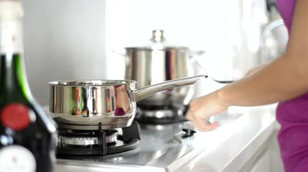 preparar : Asian woman preparing food in the kitchen