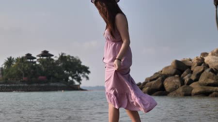 шале : Asian chinese woman in slow motion on beach