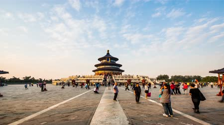 Пекин : From day to dusk,the visitors in the Temple of Heaven of Beijing, China
