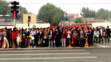 zsúfolt : Crowded visitors cross the street in spite of the traffic light of Beijing, China