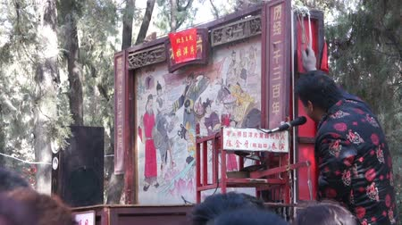 ditan : Beijing,China-Feb 2, 2014: The man performs peepshows to customers at temple fair during Chinese Spring Festival in Beijing, China Stock Footage