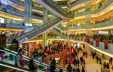 Пекин : Beijing,China-Feb 4, 2014: Atmosphere in the mall during Chinese Spring Festival in Beijing, China