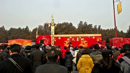 ditan : Beijing,China-Feb 6, 2014: Hundreds of people watch storytelling at Ditan temple fair during Spring Festival in Beijing, China Stock Footage