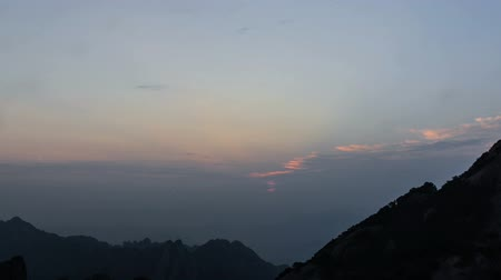 wspinaczka górska : The sunrising viewed from the top of the Yellow mountain, Anhui province, China