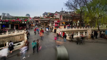fietsbel : Beijing, China-maart 24,2014: De drukke Yinding Bridge ligt in het Houhai Bar Street, Beijing, China