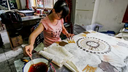 el sanatları : Guizhou,China-Jun 30,2014:The artist makes the Chinese batic painting