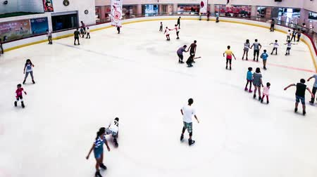 льдом : Shenyang,China-Aug 1,2014:The people of skating in ice stadium.