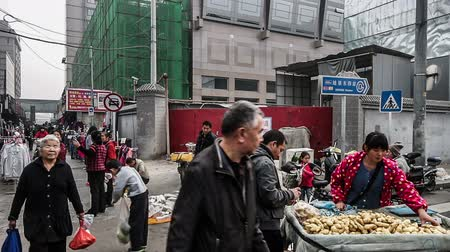 бедный : Beijing,China-Oct 25,2014: People are buying food at the morning market in Beijing, China