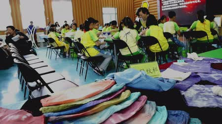 dyeing : Children in a fabric dyeing workshop