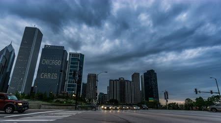 rueda de chicago : At sunset,the traffic and modern buildings in Chicago, USA Archivo de Video