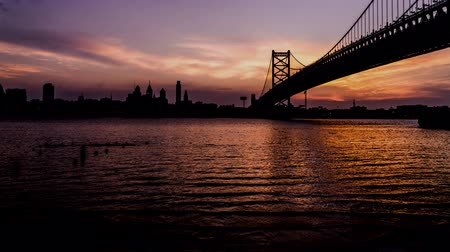 Észak amerika : At evening, the skyline and rising tide in Philadelphia, USA