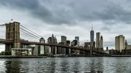 El One World Trade Center y el Puente de Brooklyn, Nueva York, NY