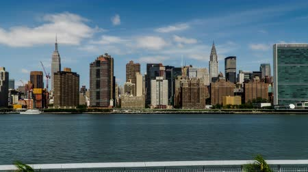 川岸 : Walking along the riverside,the Empire State Building and the Chryler Building, New York City, NY
