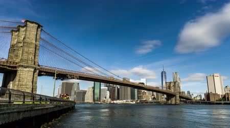 En el día soleado, el One World Trade Center y el Puente de Brooklyn, Nueva York, NY