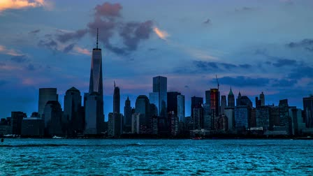 Al atardecer, el hito del Manhattan: One World Trade Center, Nueva York, NY