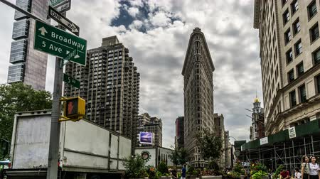 미드 타운 : Low angle of Flatiron Building and visitors in Manhattan, New York City, NY 무비클립