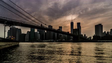 Бруклин : At twilight,the One World Trade Center and the Brooklyn Bridge, New York City, NY