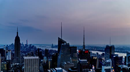 império : Timelapse of the cityscape looking from Rockefeller Center at dusk, NYC, USA Stock Footage