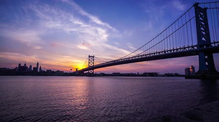 Пенсильвания : At sunset,the panoramic view of Benjamin Franklin Bridge, philadelphia,USA Стоковые видеозаписи