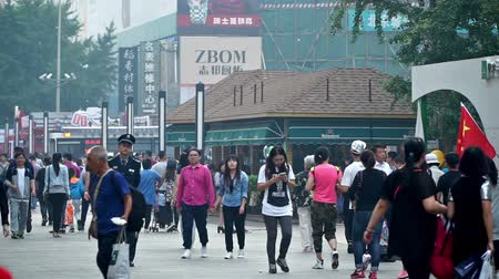 посетитель : Lots of visitors shopping at the Wangfujing Pedestrian Street, Beijing, China