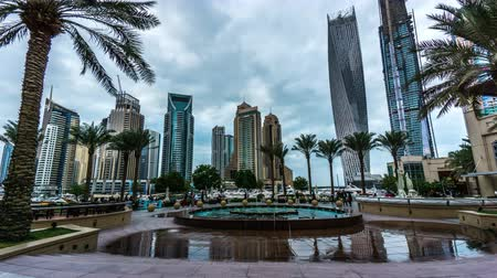arábie : Timelapse of the people play near the fountain at Dubai Marina(Cayan Tower), UAE