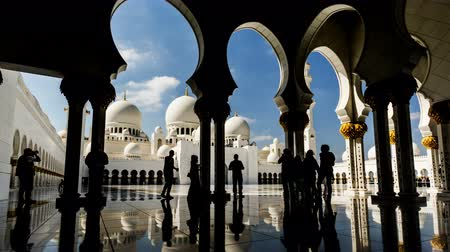 grand mosque : Timelapse of the visitors walking in the Grand Mosque, Abu Dhabi, UAE Stock Footage