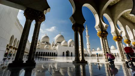 oszlopok : Timelapse of the visitors walking in the Grand Mosque, Abu Dhabi, UAE Stock mozgókép