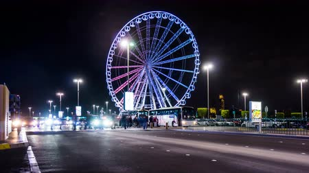 esplêndido : Timelapse of the traffic and Ferris wheel outside Marina Mall