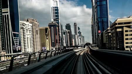 метро : Modern cityscape view by metro in Dubai, UAE Стоковые видеозаписи