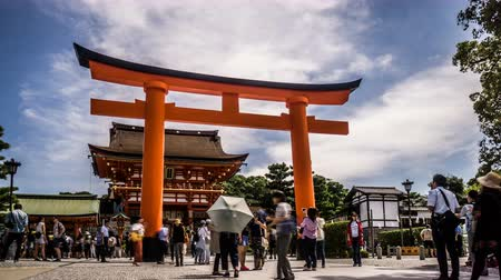 fox : Timelapse of the visitors at the gate of Fushimi Inari Shrine, Kyoto, Japan