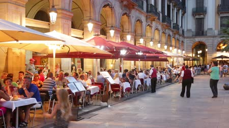 Барселона : BARCELONA, SPAIN - JULY 18, 2014: Night view of Placa Reial with restaurants in summer. Barcelona, Spain