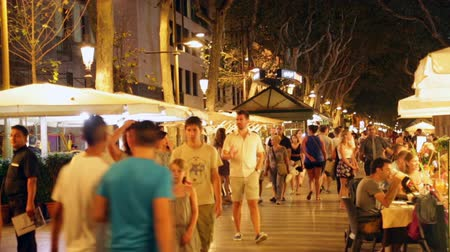 Каталония : BARCELONA, SPAIN - JULY 18, 2014: La Rambla in evening. Street one of symbol of Barcelona
